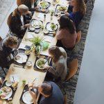 Basecamp_eters_aan_tafel